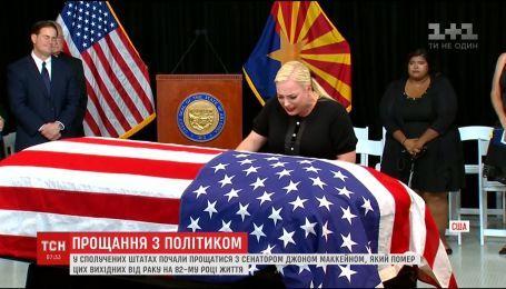 Сотни американцев собрались в Аризоне, чтобы попрощаться с сенатором Джоном Маккейном