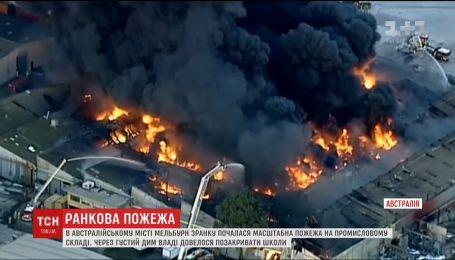 В австралийском Мельбурне пожарные пытаются потушить пожар на промышленном складе