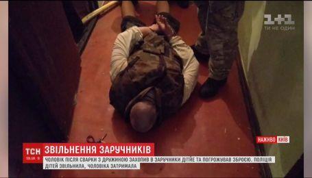 У Києві чоловік взяв у заручники власних дітей та погрожував зброєю