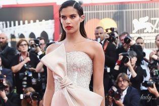 В платье с огромным бантом: эффектная Сара Сампайо блистала на красной дорожке