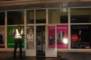 В Киеве разыскивают неизвестных, которые ограбили и подожгли магазин