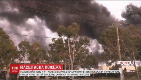 Небо над Мельбурном затягнуло токсичним димом через пожежу на складах