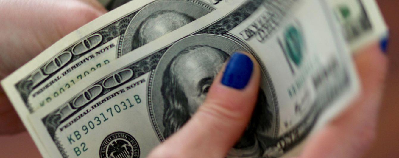 Доллар и евро начали новую неделю с удешевления в курсах Нацбанка. Инфографика
