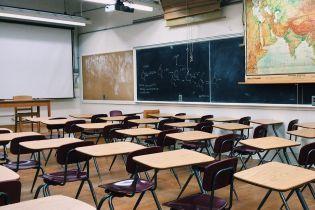 Новая украинская школа: на Одесчине родители попилили старые парты, чтобы первоклашки смогли учиться