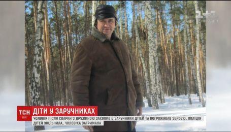 У Києві чоловік взяв у заручники власних дітей і погрожував зброєю