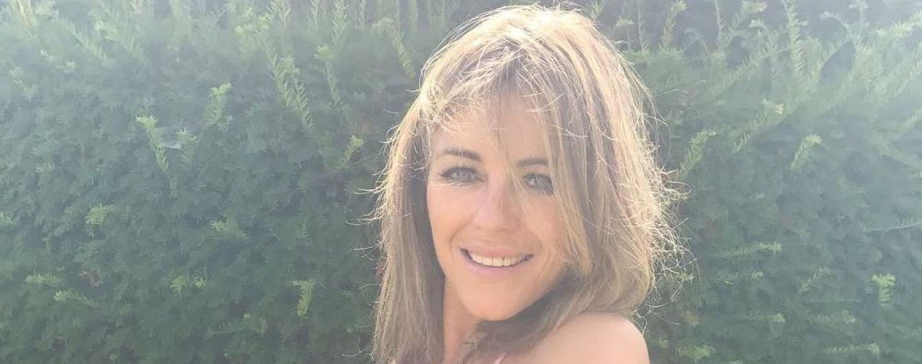 У купальнику з відвертим декольте: Елізабет Герлі насолоджується відпочинком на Майорці