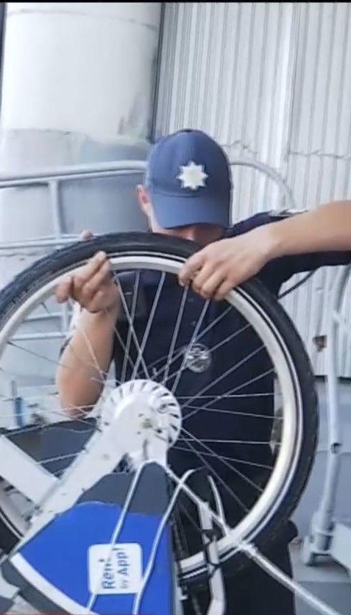 В Киеве камеры зафиксировали, как молодежь бросает в Днепр прокатный велосипед