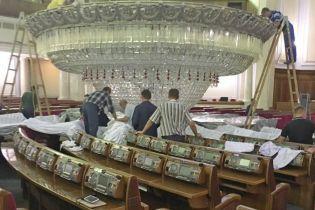 Ремонт в Верховной Раде: 3-тонную люстру опустили в сессионный зал