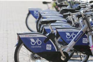У Києві впізнали вандалів, які кинули прокатний велосипед у Дніпро