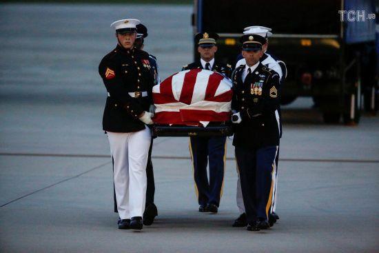 Прощання із Маккейном: труну із тілом сенатора привезли на базу Ендрюс