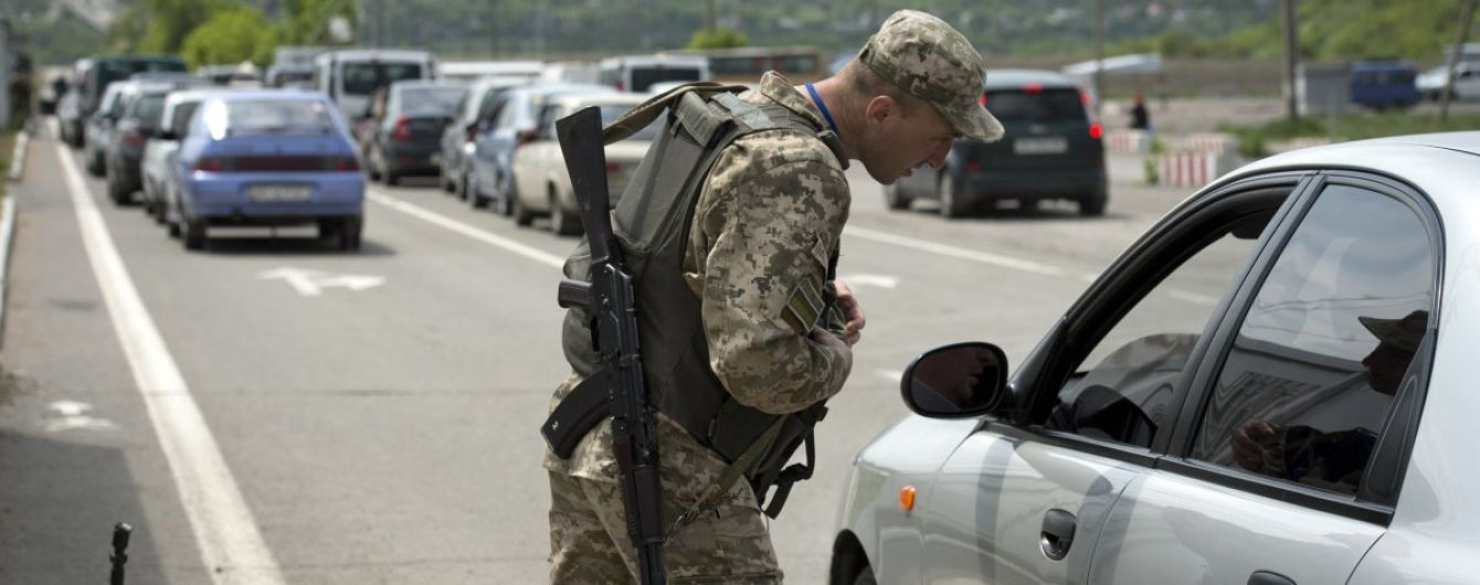 """Після спровокованих пожежею масових вибухів на Донбасі відкрили пункт пропуску """"Новотроїцьке"""""""