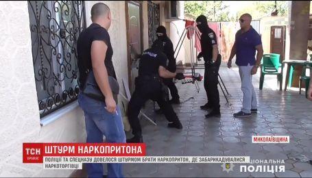 Поліція та спецназ штурмом взяли наркопритон на Миколаївщині