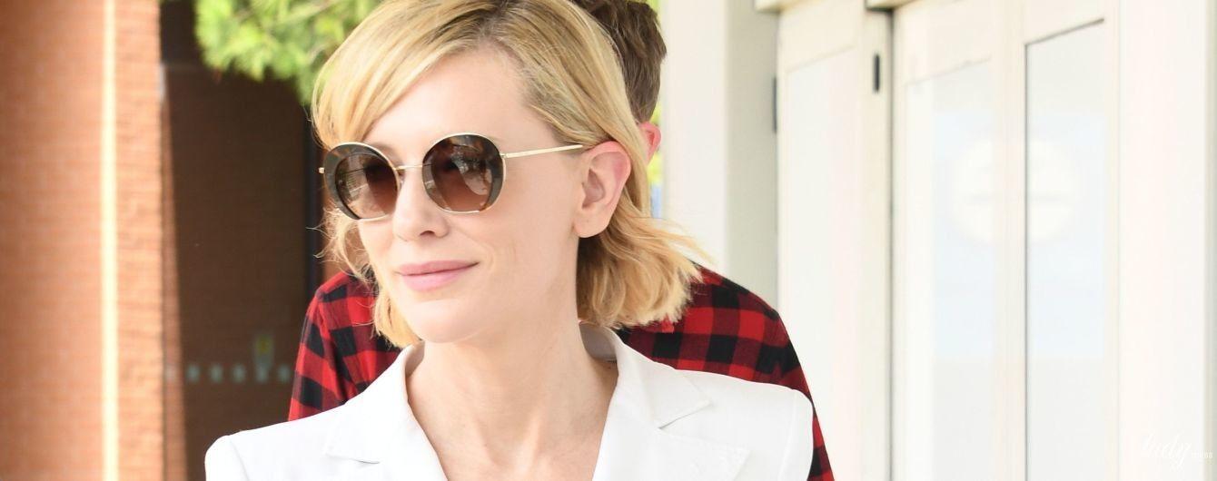 Неймовірно елегантна: Кейт Бланшетт у білому штанному костюмі прибула до Венеції