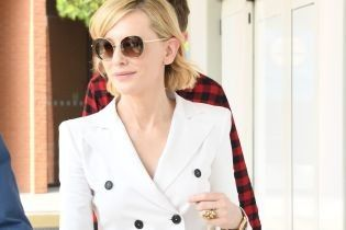 Невероятно элегантная: Кейт Бланшетт в белом брючном костюме прибыла в Венецию