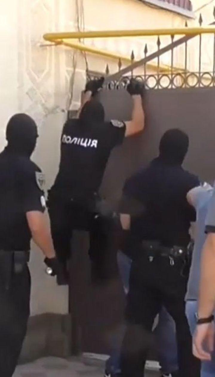 """На Миколаївщині поліція та спецназ """"накрили"""" наркопритон"""