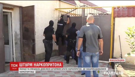 """На Николаевщине полиция и спецназ """"накрыли"""" наркопритон"""