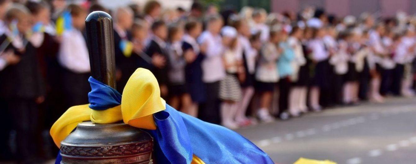 Однакові футболки та прогулянки Дніпром: у Києві для школярів пролунав останній дзвоник