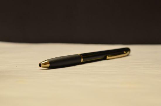 На Харківщині обвинувачені у суді роздерли собі вени ручкою