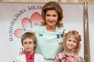В мятной блузке и розовой юбке: Марина Порошенко удивила ярким образом