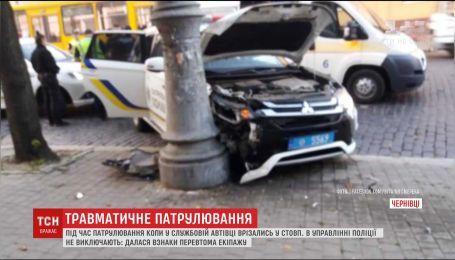 Влетели в столб. В Черновцах копы попали в ДТП во время патрулирования