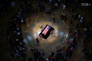 Проститься с умершим сенатором Маккейном пришли больше 15 тысяч человек