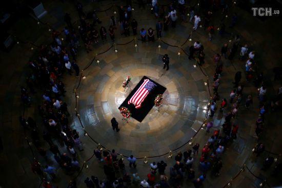 Попрощатися з померлим сенатором Маккейном прийшли понад 15 тисяч людей