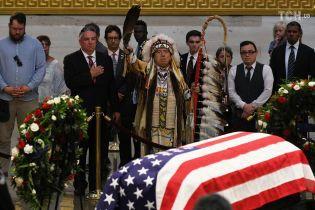 Индейские ритуалы и слезы: в Капитолии продолжается прощание с сенатором Маккейном
