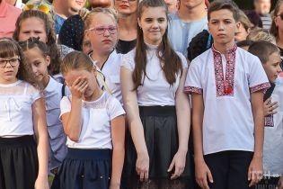 Усмішки, сльози і повітряні кульки: українські школи провели урочисті шикування