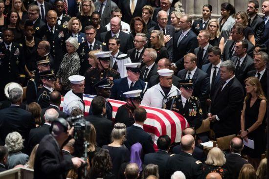 Порошенко назвав сенатора Маккейна героєм Америки й України