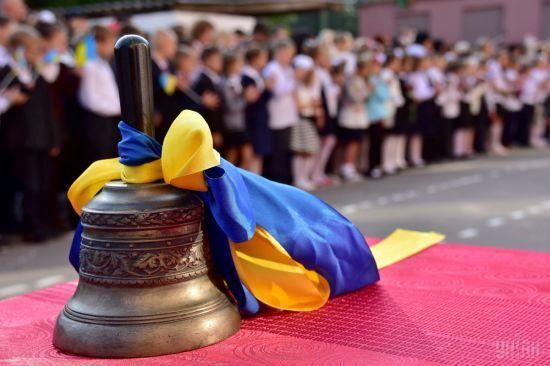 У Києві батьки влаштували протест, прийшовши на урочисту лінійку без дітей