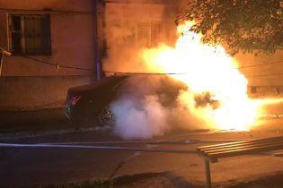 В Ровно неизвестные сожгли дорогой автомобиль депутата горсовета