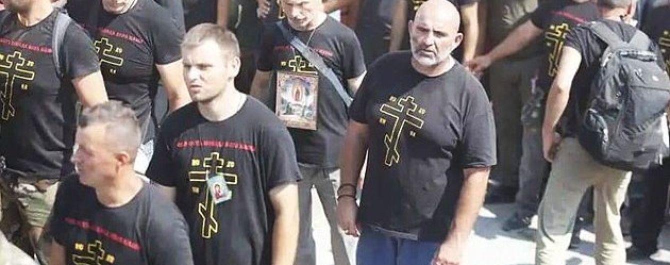 """""""Приготовьтесь к войне"""". Почему молодчики в провокационных футболках пришли в Почаевскую лавру"""