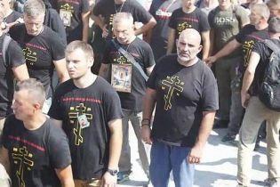 """""""Приготовьтесь к войне"""". Чому молодики у провокаційний футболках прийшли до Почаївської лаври"""