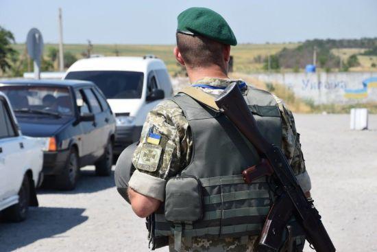 """Пункт пропуску """"Мар'їнка"""" закрили. Снайпери поранили двох українських військових"""