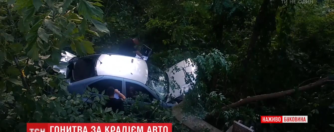 В Черновцах парень на краденой машине вылетел с моста