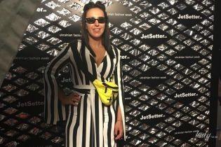 В полосатом комбинезоне с сексуальным декольте: стильная Джамала посетила Неделю моды в Киеве