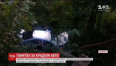 Украл машину и вылетел с моста. В Черновцах погоня за вором закончилась аварией