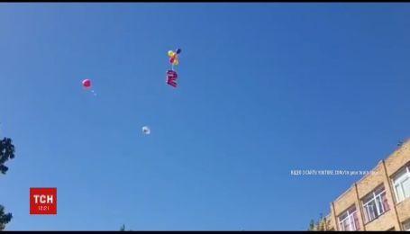 В Якутске на школьной линейке вместо пятерки взлетел надувной шарик двойки