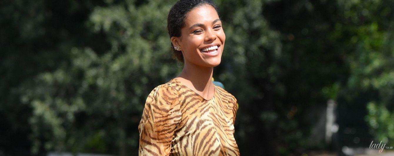 В тигровій сукні та з усмішкою: Тіна Кунакі приїхала до Венеції