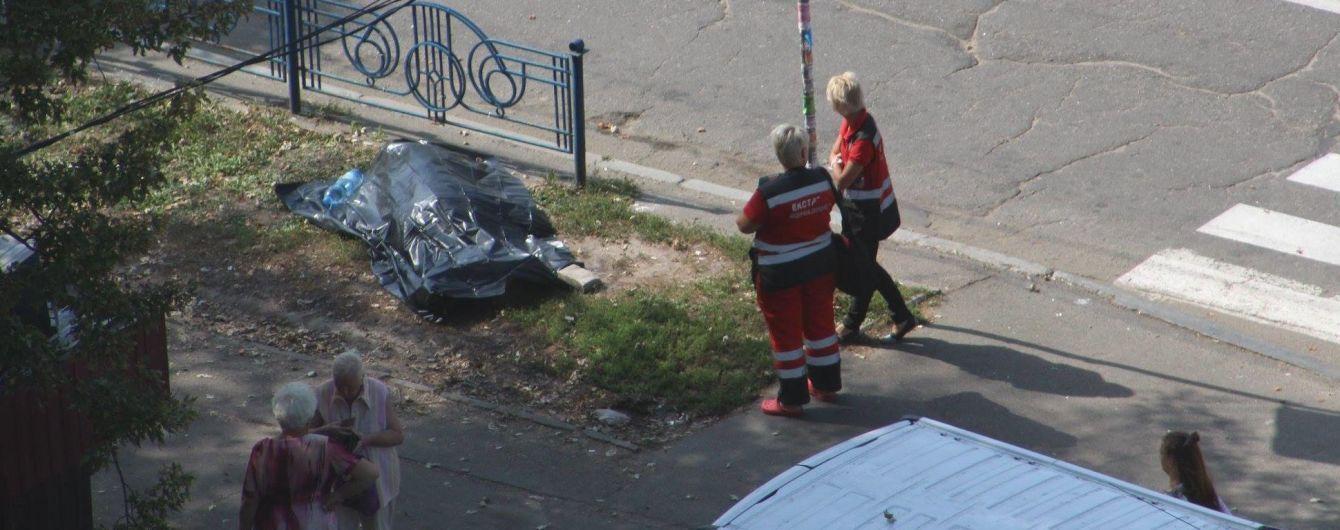 У Києві на вулиці знайшли тіло літнього чоловіка: поліція встановлює особу загиблого