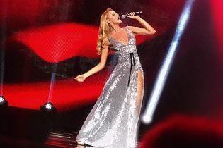 У блискучій сукні з високим розрізом: Оля Полякова в ефектному образі виступила на концерті