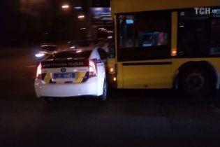 У Києві тролейбус врізався в авто патрульної поліції