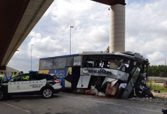 В Іспанії автобус із десятками людей розбився об опору мосту