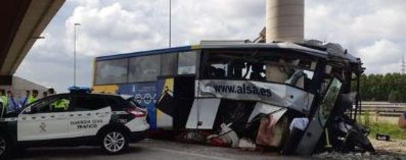 В Испании автобус с десятками людей разбился об опору моста