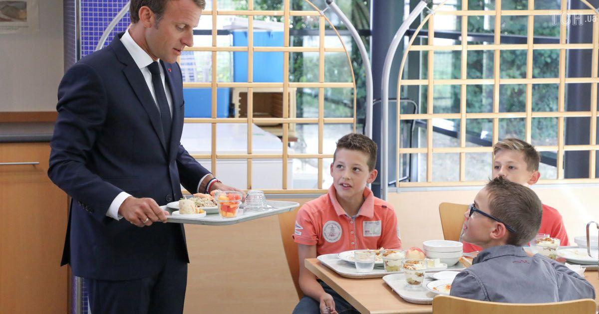 Знову в школу: красунчик Макрон поспілкувався з учнями і поласував обідом у їдальні