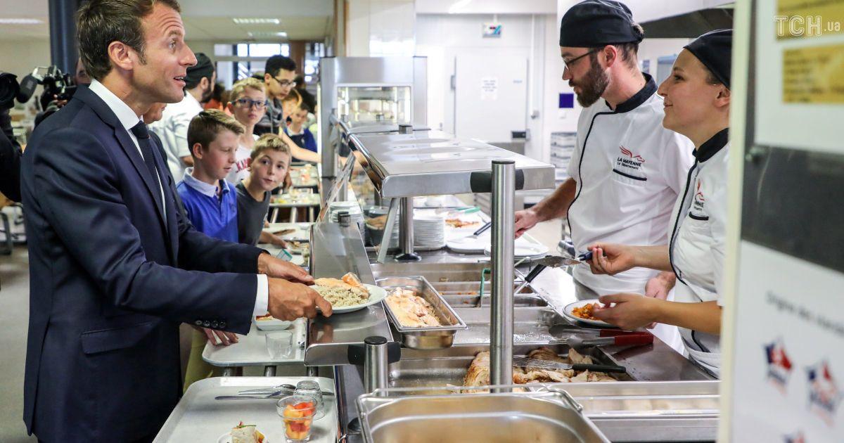 Снова в школу: красавчик Макрон пообщался с учениками и полакомился обедом в столовой