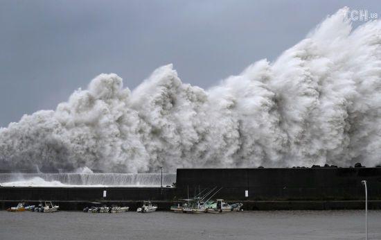 Скасовано 600 авіарейсів та залізничні перевезення: Японію накрив потужний тайфун