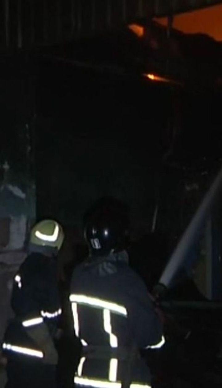 В Одесі під час пожежі на СТО дах обвалився на рятувальників