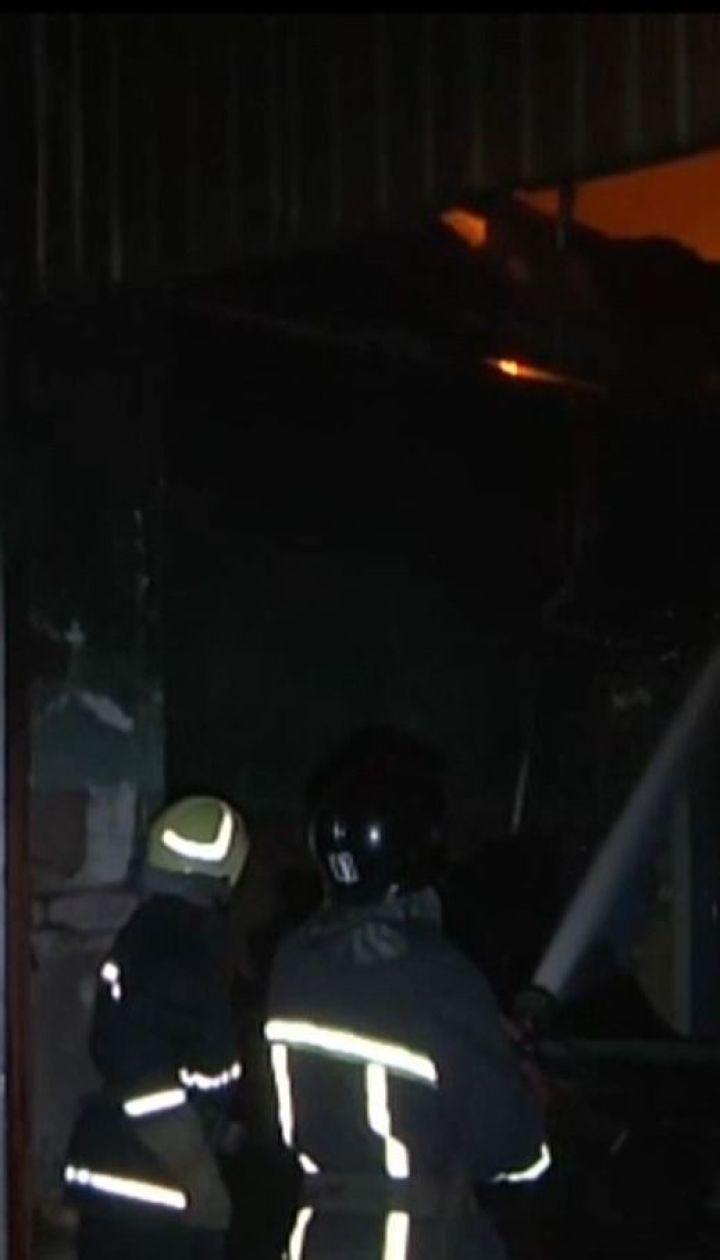 В Одессе во время пожара на СТО крыша обвалилась спасателей