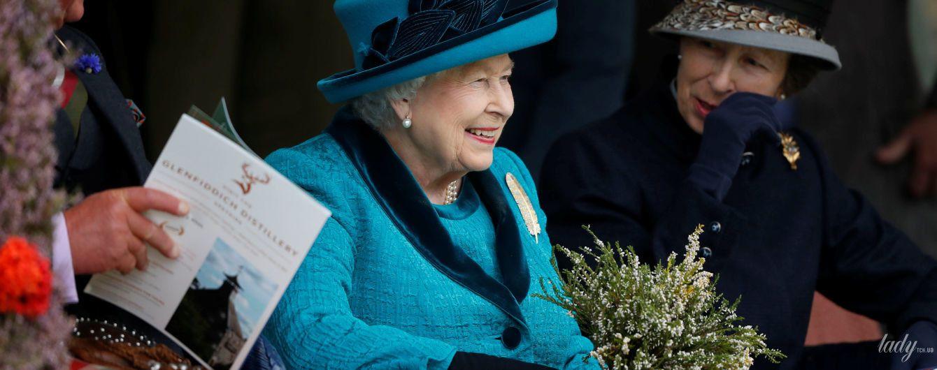 В ярком наряде и с пером на груди: королева Елизавета II посетила спортивное мероприятие